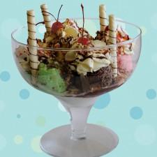 Beijo Frio - TAÇA A2 <br/> 6 Bolas de sorvete, chantilly, caldas de morango, chocolate e caramelo, marshmallow, cereja, castanha e biscoito.